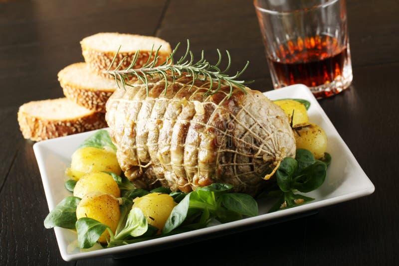 Roulade de boeuf, avec les pommes de terre et les légumes frais rôtis image libre de droits