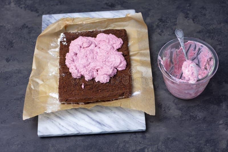 Roulade de chocolat avec la mousse de baie - faisant photos libres de droits