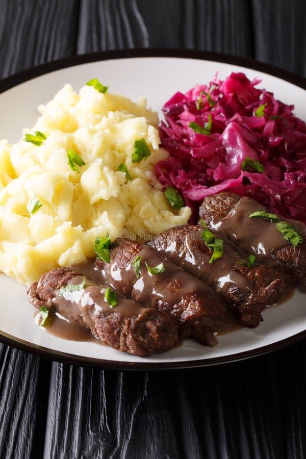 Rouladen eller Rinderrouladen är ett tyskt nötkött, med bacon, lökar, royaltyfria foton