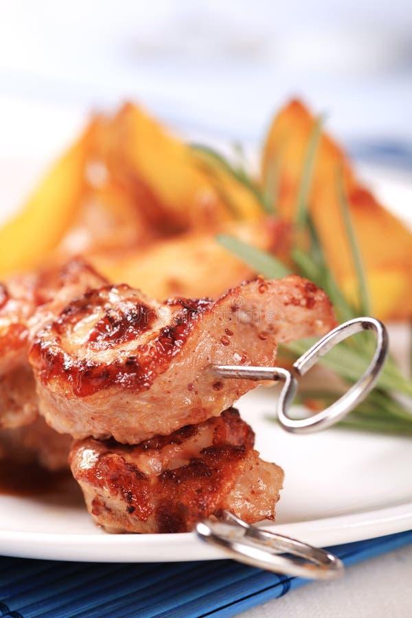 Roulades de viande de rôti sur des brochettes photos stock
