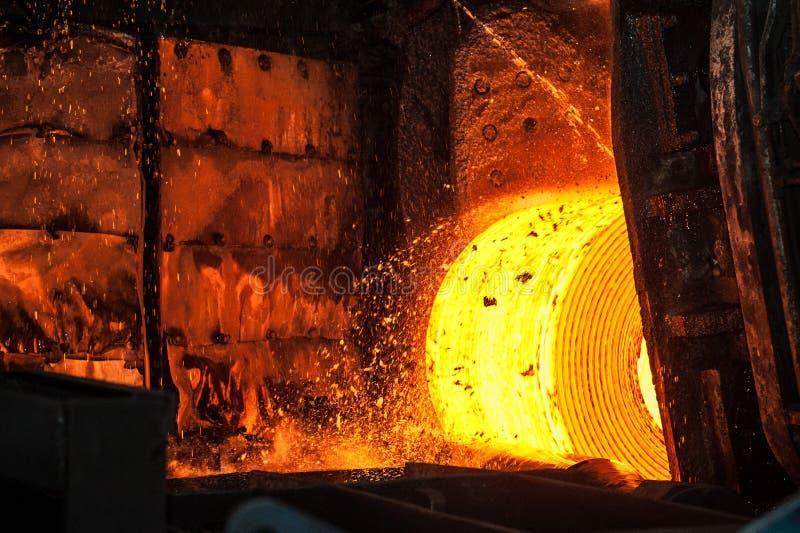 Rouleau d'acier chaud sur la bande de conveyeur image stock