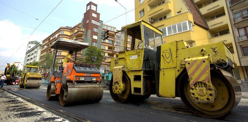 Rouleau d'asphalte dans le site de construction de routes photos libres de droits