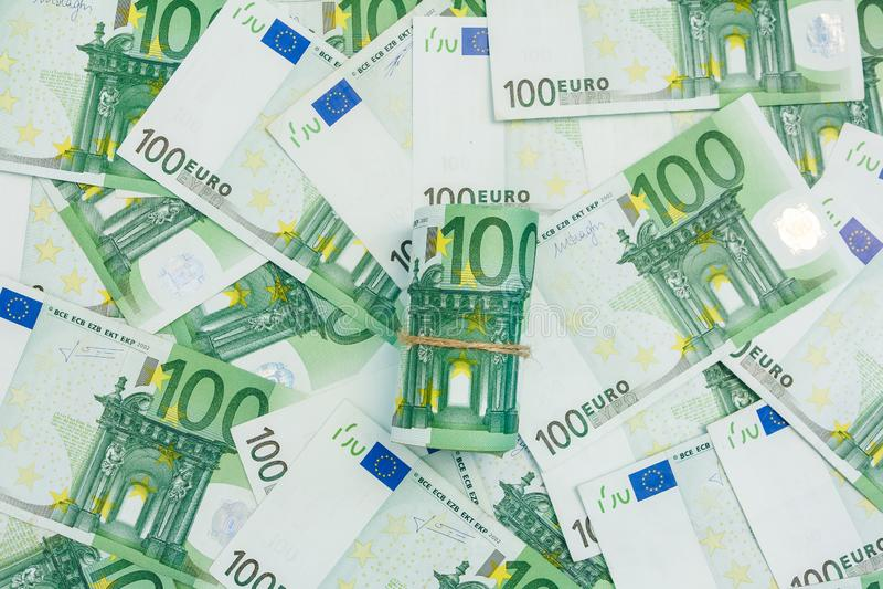 Rouleau d'euro billets de banque, beaucoup de billets de banque 100 de l'euro, le fond europ?en de devise images libres de droits