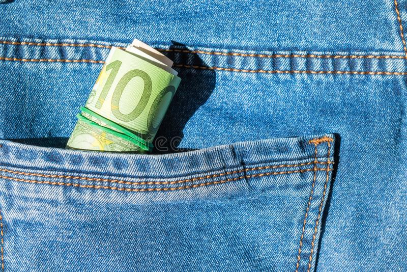 Rouleau d'euro billets de banque dans une poche images libres de droits