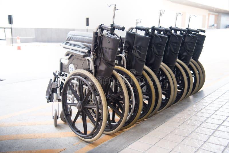 Rouleau de fauteuil roulant avec la lumière du soleil dure Concept de soins de santé photographie stock libre de droits