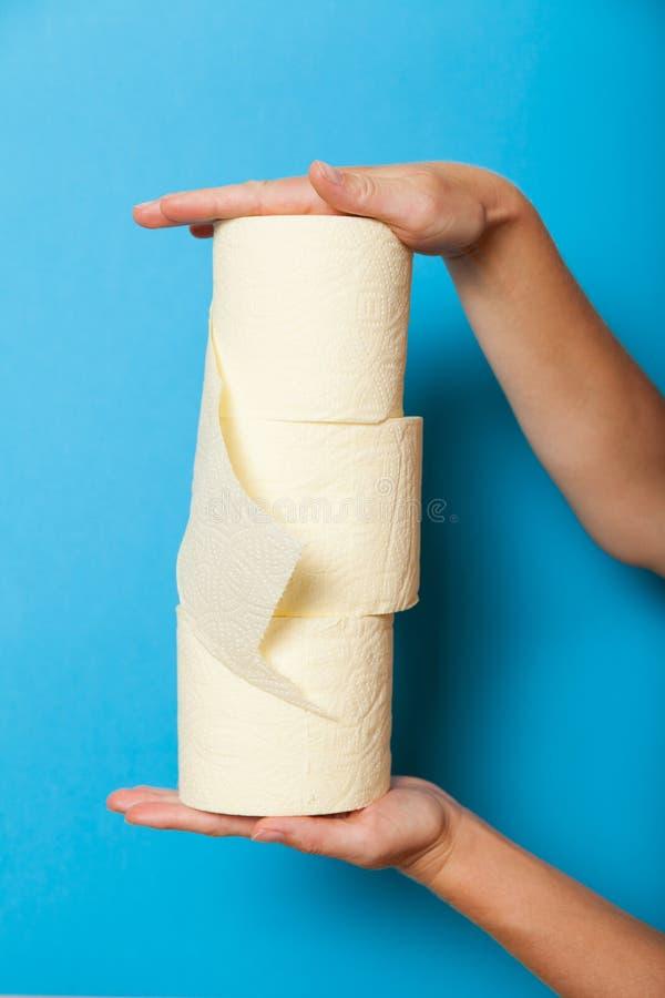 Rouleau de papier hygiénique de livre blanc, tissu d'hygiène Carte de travail sanitaire quotidienne image stock