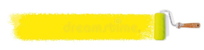 Rouleau de peinture et longue bannière jaune de course de peinture pour le texte - rénover le concept image libre de droits