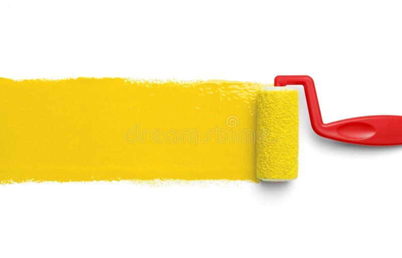 Rouleau de peinture jaune images libres de droits
