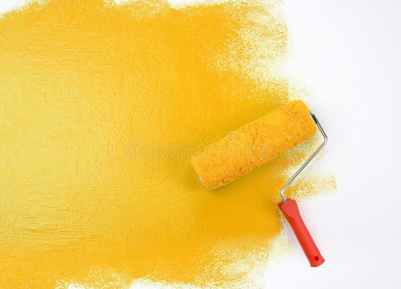 Rouleau de peinture jaune photographie stock libre de droits