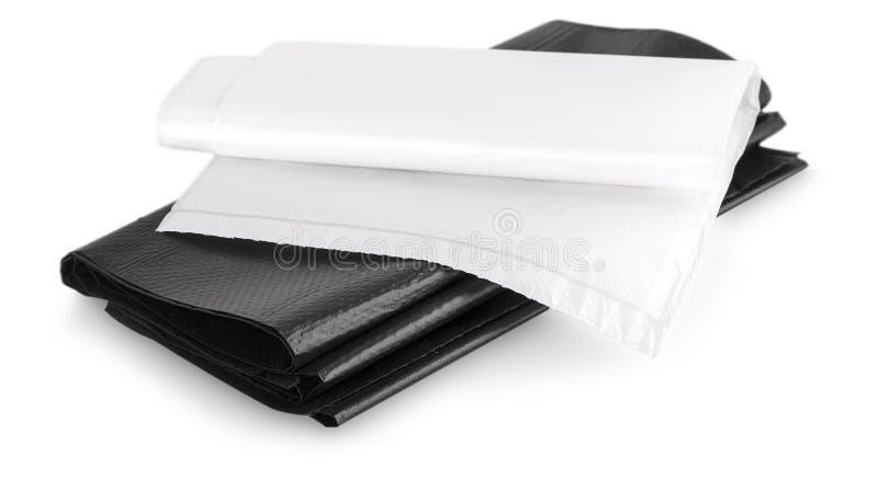 Rouleau de sacs de déchets jetables d'isolement au-dessus du fond blanc images stock