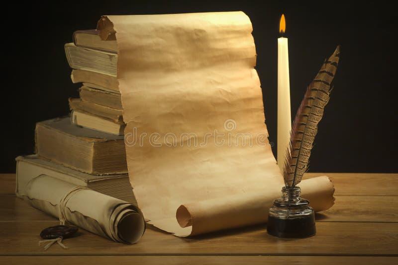 Rouleau de vieux papier pour de vieux livres, encrier encastré et stylo de fond photos libres de droits