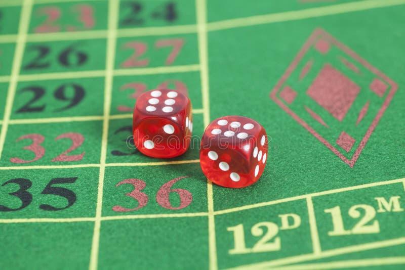 Rouleau des matrices rouges sur une table de jeu photo libre de droits