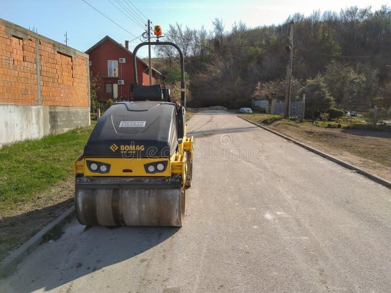 Rouleau garé prêt pour le pavage d'asphalte images stock