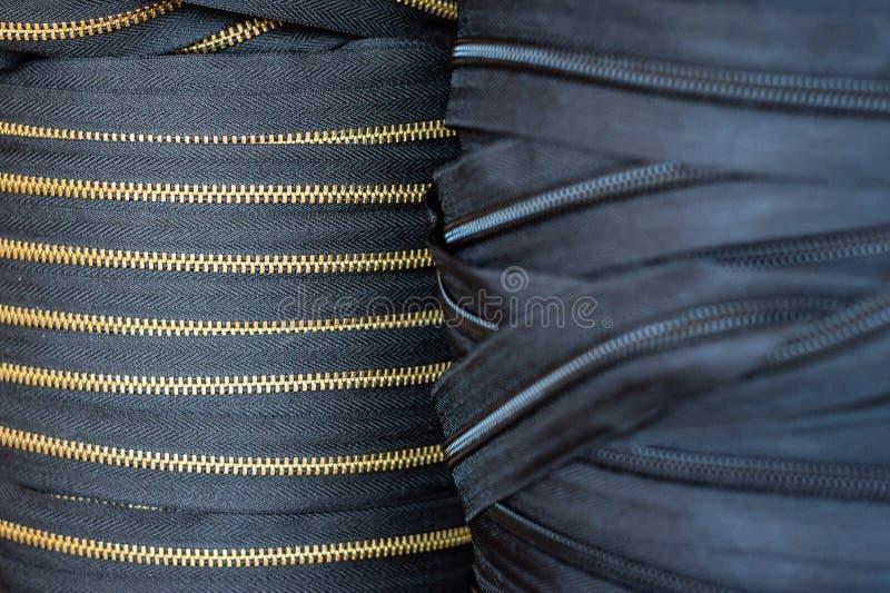 Rouleaux énormes de tirettes Les recouvrements de noir et d'or metal f de fourniture images stock