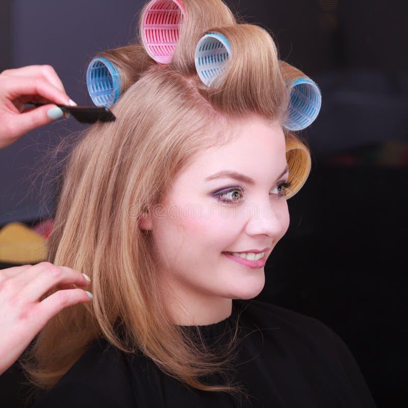 Rouleaux Blonds De Bigoudis De Cheveux De Fille Par Le Coiffeur Dans Le Salon De Coiffure Photo ...