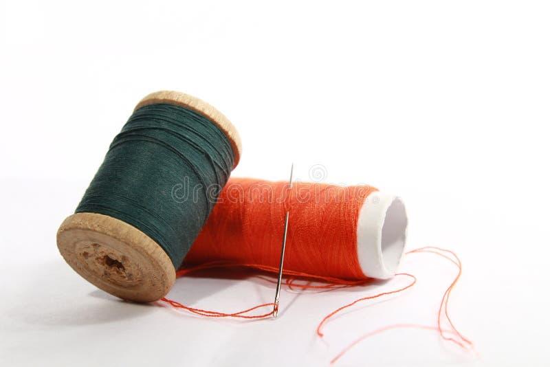 rouleaux de coton sur le blanc image stock