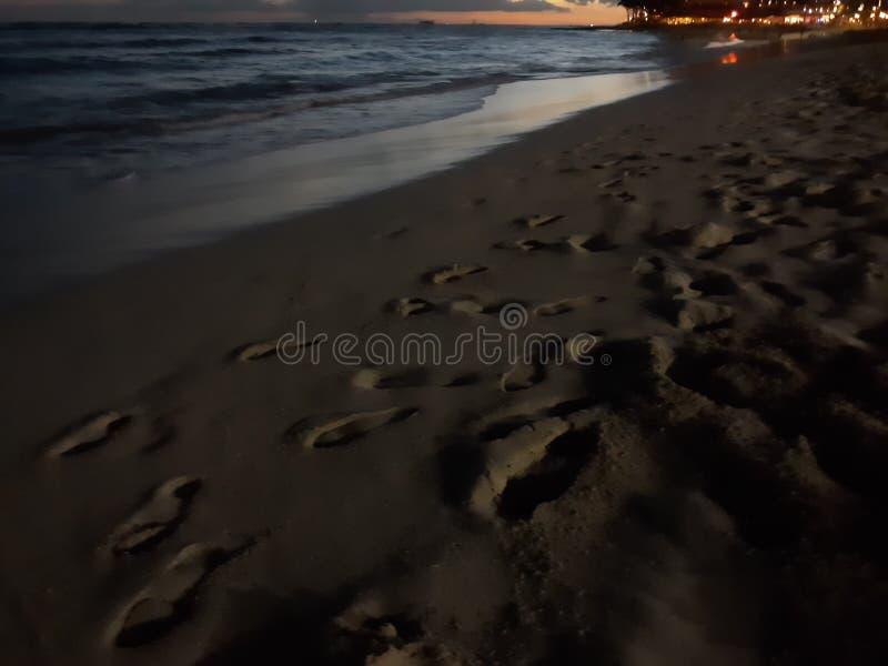 rouleaux de sable couchés sur la plage de hawaii images libres de droits