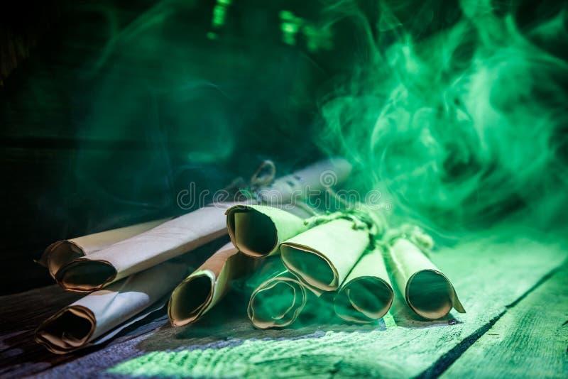 Rouleaux et recette avec le feu vert pour Halloween images libres de droits