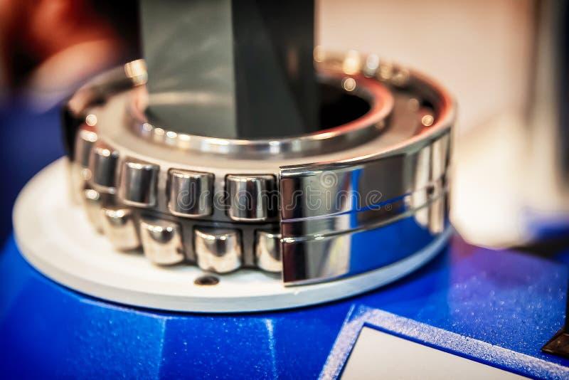 Roulement à rouleaux dans la coupe photographie stock libre de droits