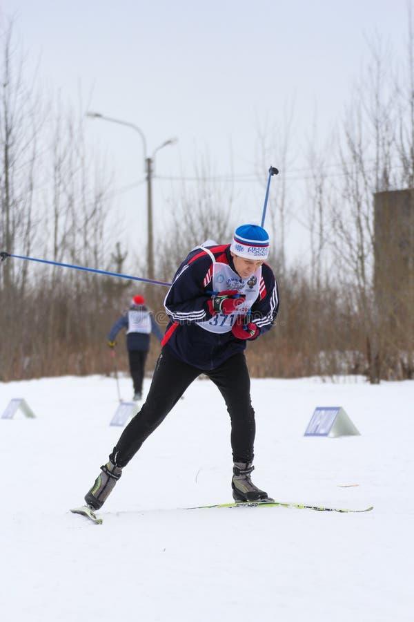 Roulement d'homme sur des skis photographie stock libre de droits