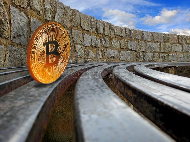 Roulement de cryptocurrency de Bitcoin sur des rails images stock