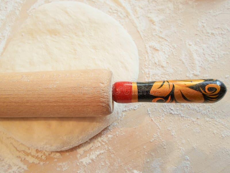Roulement et pâte sur un conseil en bois image stock