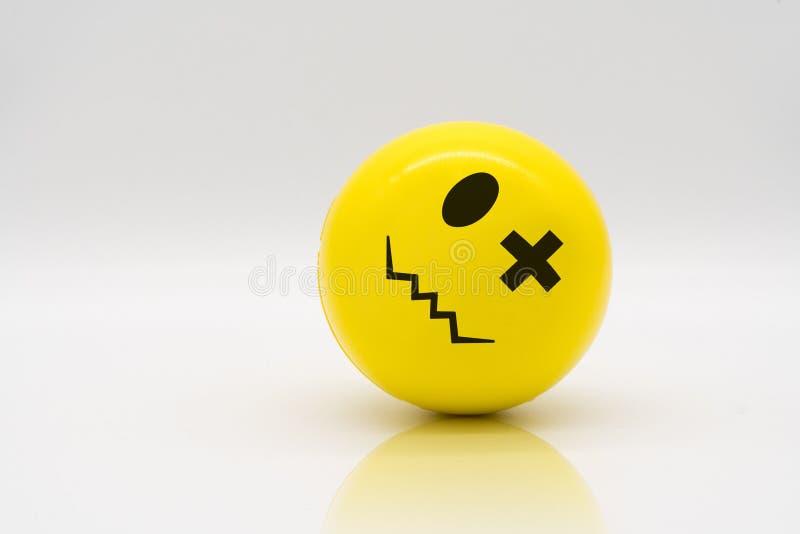 Roulement jaune de boule d'effort sur le plancher de réflexion illustration stock