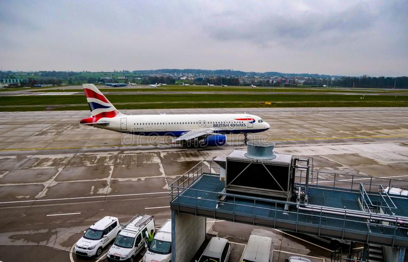 Roulement sur le sol plat de British Airways à l'aéroport de Zurich photo stock