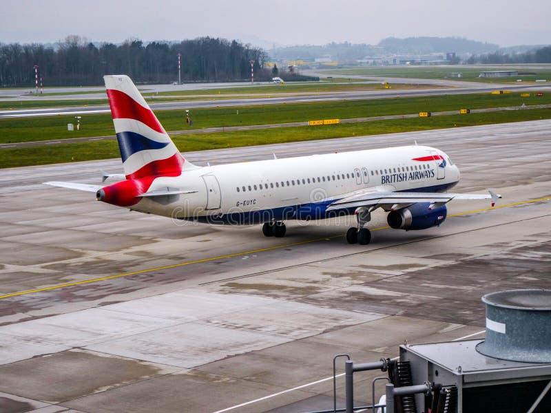 Roulement sur le sol plat de British Airways à l'aéroport de Zurich photo libre de droits