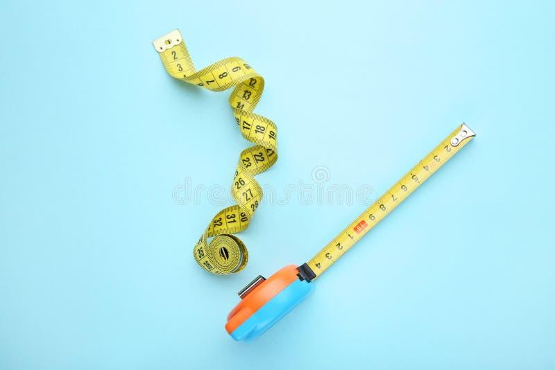 Roulette della costruzione con nastro adesivo di misurazione immagini stock libere da diritti