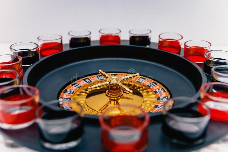 Roulette potable spiritueux potables de jeu photos stock