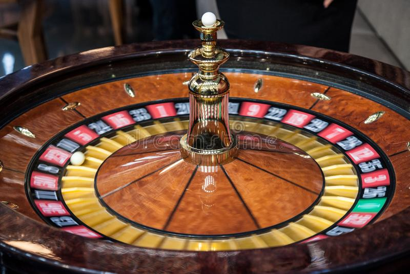 Roulette tournant, dans le mouvement, pendant un jeu de démo La roulette est un jeu de jeu et de pari de casino image libre de droits
