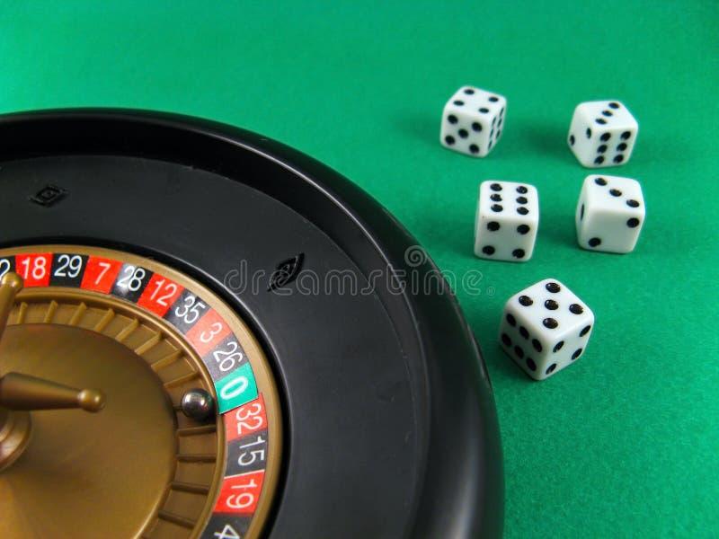 Roulette- und Würfelglücksspiel stockfoto