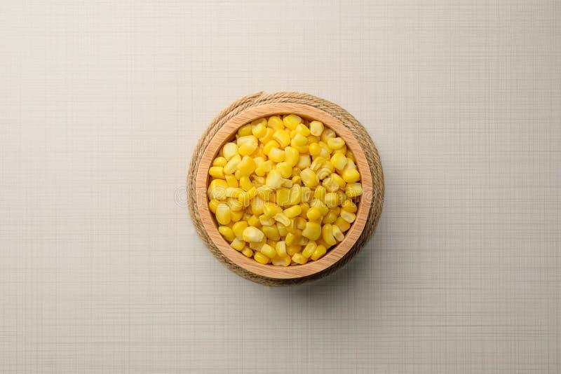 Download Roulez Avec Des Graines De Maïs Dans La Cuvette Et Les épis De Maïs Mûrs Complètent Sur En Bois Merci Image stock - Image du délicieux, ingrédient: 87703665