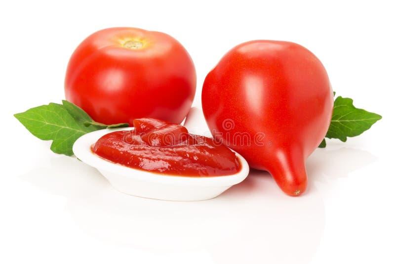 Roulez avec la sauce tomate et les tomates rouges juteuses d'isolement sur le wh image libre de droits