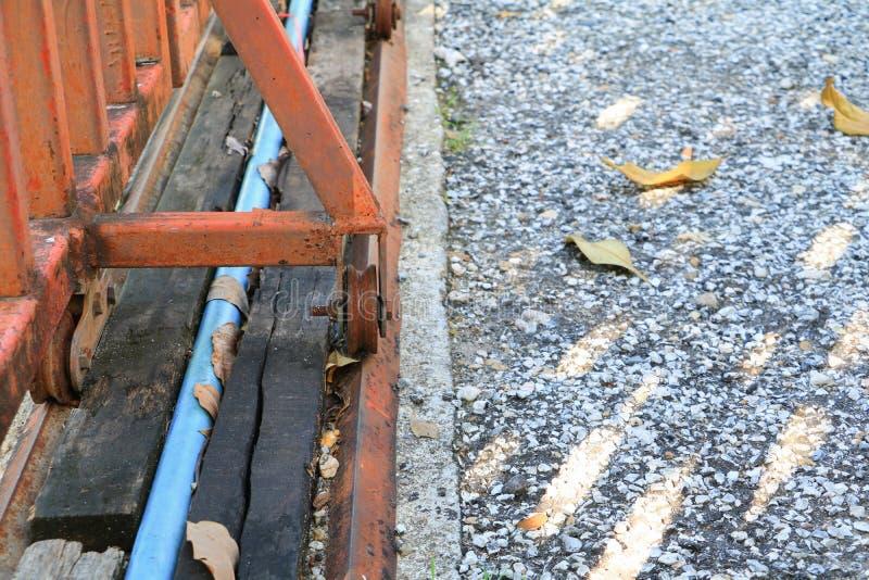 Roulez l'acier des portes vieilles avec la fin rouillée  photo libre de droits