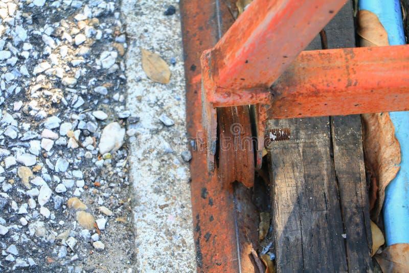 Roulez l'acier des portes vieilles avec la fin rouillée  photos stock