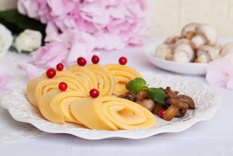 Roulez l'omelette avec des champignons dans une vie immobile, Provence, style, beau, canneberges, baies photo libre de droits