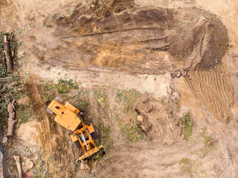 Roulez la machine de chargeur fonctionnant au chantier de construction, vue aérienne photographie stock