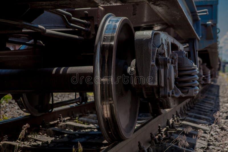 Roulez le train tandis que garé au foyer de station sur la roue images libres de droits