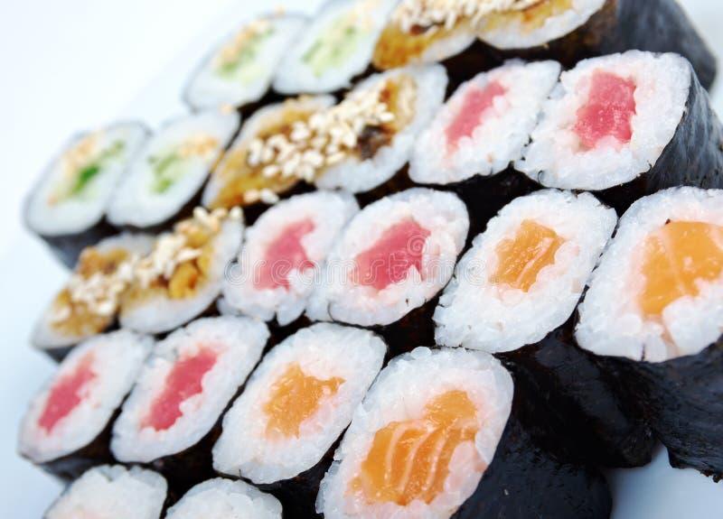 Roulez les saumons faits, anguille, thon, légumes photographie stock libre de droits