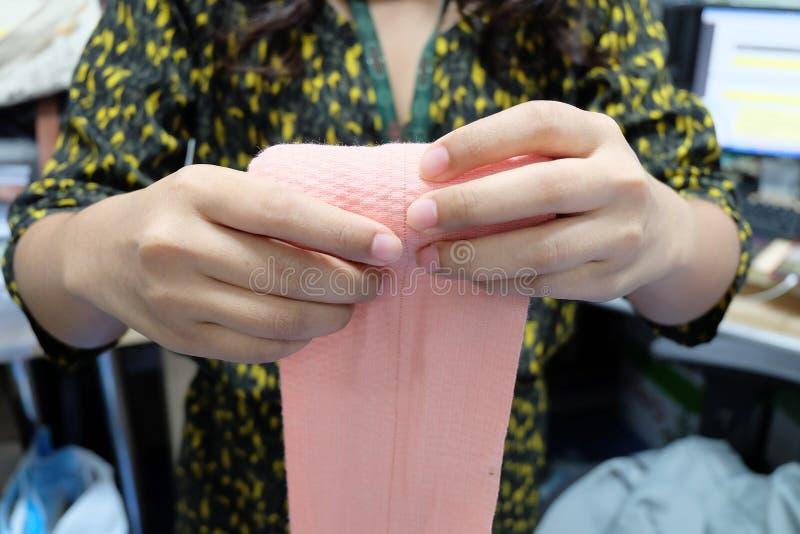 Roulez un bandage Enveloppe de bandage Élastique de premiers secours image stock