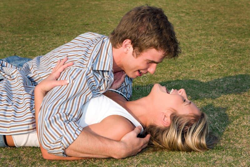 Roulis dans l'herbe photos libres de droits