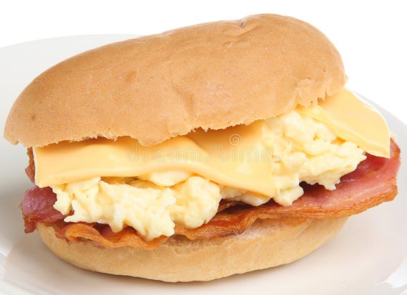 Roulis de déjeuner avec l'oeuf et le fromage de lard photos stock