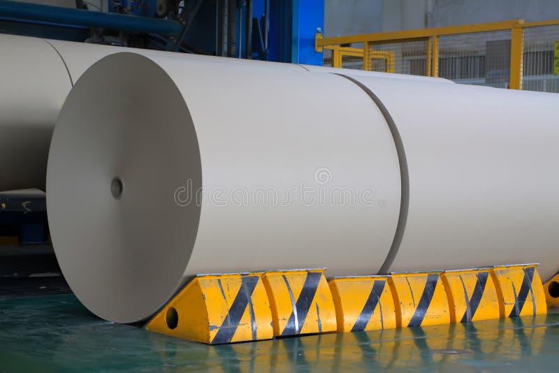 Roulis de papier d'emballage dans la chaîne de production photographie stock libre de droits