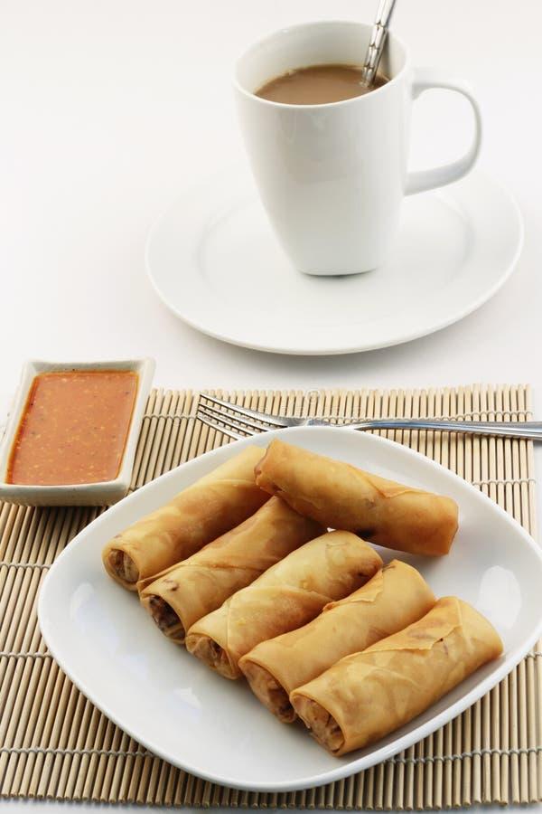 Roulis de source ou popiah frits avec du café photo stock