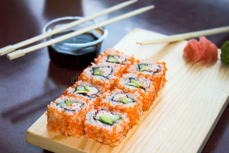 Roulis de sushi avec de la sauce photo stock