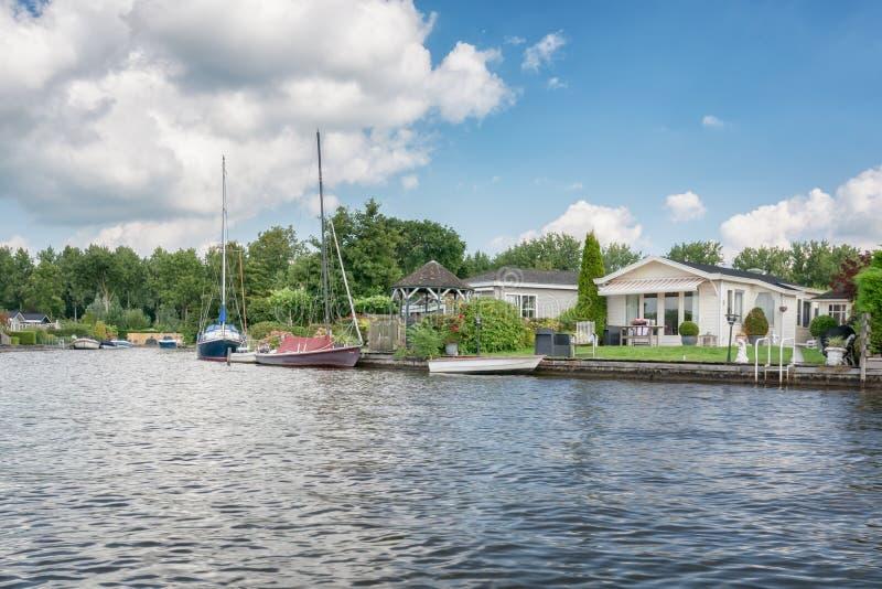 Roulottes nos bancos do Loosdrechtse Plassen nos Países Baixos imagem de stock