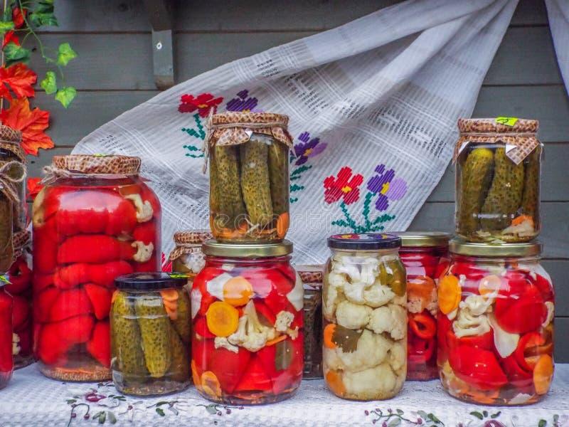 Roumain traditionnel assorti de conserves au vinaigre image stock
