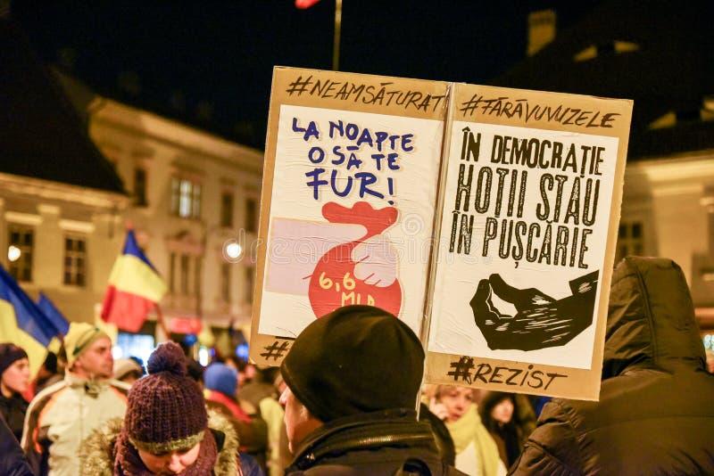 Roumains protestant contre le Gouvernment à Sibiu photos stock